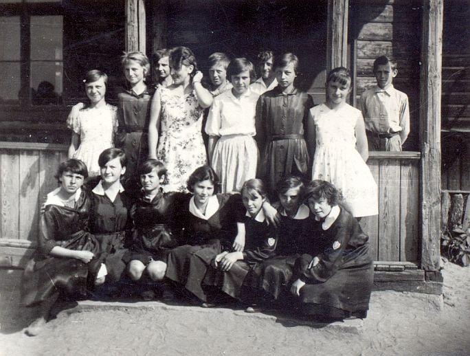 Zdjęcie z 1963/64 - uczniowie z klasy VII i nauczycielka Kominek Stanisława.