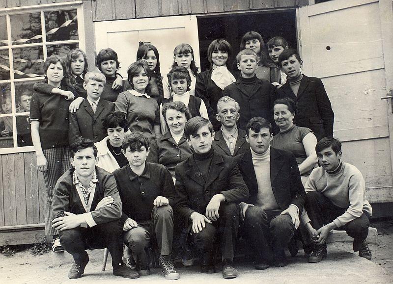 Nauczyciele i uczniowie klasy VIII Szkoły Podstawowej w Kuninie w roku szkolnym 1971/72.