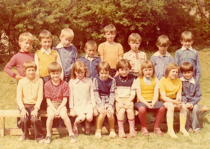 Uczniowie klasy I, którzy rozpoczęli naukę w 10-cio letniej szkole podstawowej.